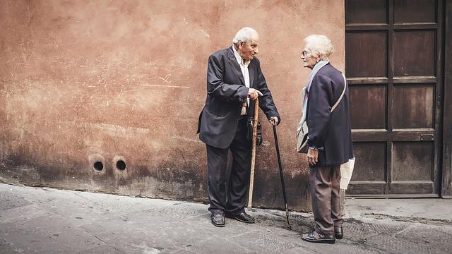 důchodci na ulici