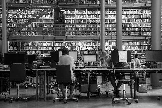 univerzitní knihovna se studenty