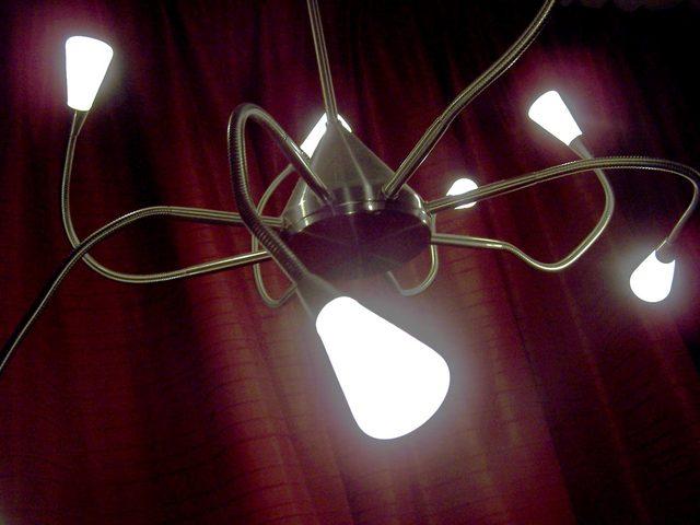 rozsvícený lustr s LED žárovkami