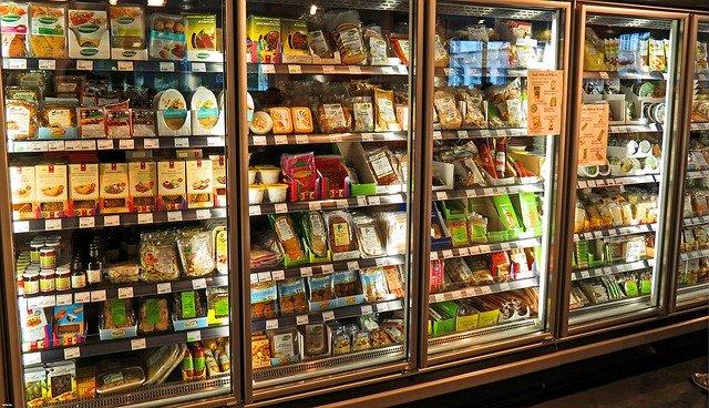 chladicí vitrína v supermarketu