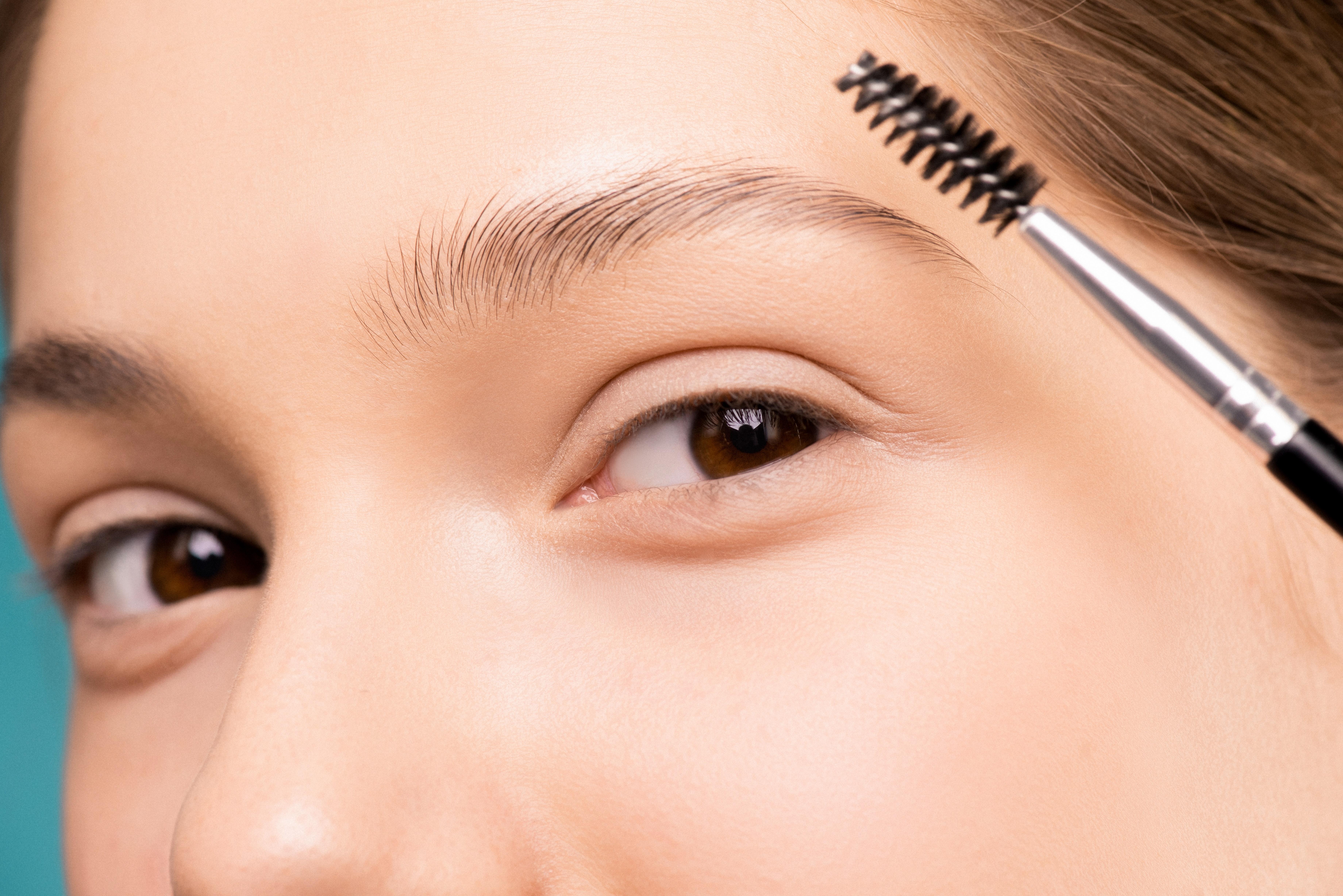 dívka si maluje oči řasenkou