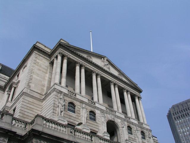 budova cizí národní banky s jasnou oblohou
