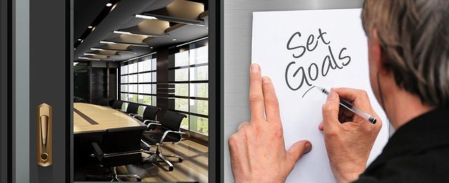 v levé části jsou otevřené dveře do luxusní kanceláře